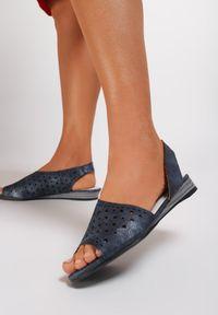 Renee - Granatowe Sandały Adreariel. Okazja: na co dzień. Nosek buta: otwarty. Zapięcie: pasek. Kolor: niebieski. Materiał: skóra. Wzór: ażurowy. Styl: casual