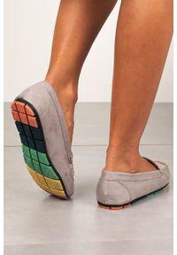Casu - Szare mokasyny casu z elastyczną kolorową podeszwą rt20x5/g. Kolor: szary. Wzór: kolorowy