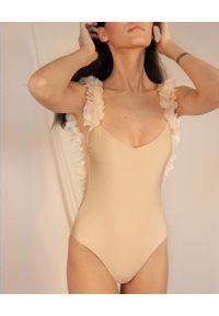 LA REVECHE - Strój kąpielowy Amira. Kolor: beżowy. Materiał: szyfon, tkanina. Wzór: kwiaty, aplikacja