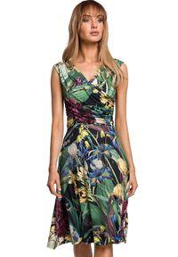 MOE - Lekko rozkloszowana sukienka w kwiaty kopertowy dekolt. Typ kołnierza: dekolt kopertowy. Materiał: dzianina, elastan. Wzór: kwiaty. Sezon: lato. Typ sukienki: kopertowe