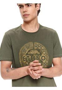 TOP SECRET - T-shirt z nadrukiem. Okazja: na co dzień. Kolor: zielony. Materiał: tkanina, bawełna. Długość rękawa: krótki rękaw. Długość: krótkie. Wzór: nadruk. Sezon: lato. Styl: casual, wakacyjny, klasyczny, elegancki