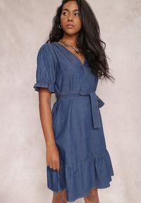 Renee - Granatowa Sukienka Naririan. Okazja: na co dzień. Typ kołnierza: dekolt w kształcie V. Kolor: niebieski. Materiał: jeans, materiał. Długość rękawa: krótki rękaw. Typ sukienki: proste. Styl: casual. Długość: mini