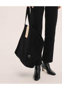 ANIA KUCZYŃSKA - Bawełniana torba Pekin z beżową skórą jutchową. Kolor: czarny. Sezon: lato. Materiał: skórzane