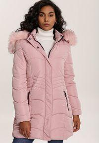 Renee - Różowa Kurtka Paro. Typ kołnierza: golf. Kolor: różowy. Materiał: tkanina, futro, materiał, jeans. Długość: długie. Styl: klasyczny