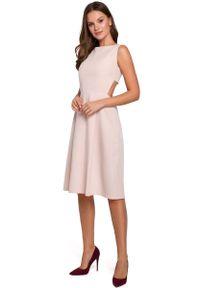 MAKEOVER - Beżowa Wieczorowa Sukienka z Odkrytymi Plecami. Kolor: beżowy. Materiał: poliester, elastan. Styl: wizytowy