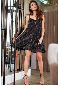 e-margeritka - Sukienka cekinowa mini czarna - m. Okazja: na sylwestra, na imprezę, na karnawał. Kolor: czarny. Materiał: jersey, poliester, elastan. Długość rękawa: na ramiączkach. Typ sukienki: rozkloszowane. Długość: mini