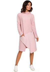 MOE - Pudrowa Asymetryczna Sukienka z Golfem. Typ kołnierza: golf. Materiał: bawełna, poliester. Typ sukienki: asymetryczne