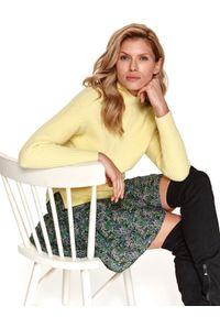 TOP SECRET - Pudełkowy sweter z golfem. Typ kołnierza: golf. Kolor: żółty. Materiał: dzianina. Długość: długie. Wzór: prążki. Sezon: wiosna. Styl: wakacyjny, elegancki