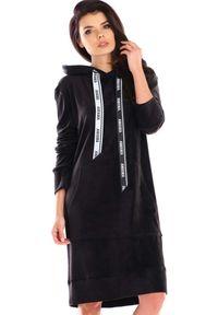 Awama - Welurowa Prosta Sukienka z Logowaną Taśmą - Czarna. Kolor: czarny. Materiał: welur. Typ sukienki: proste