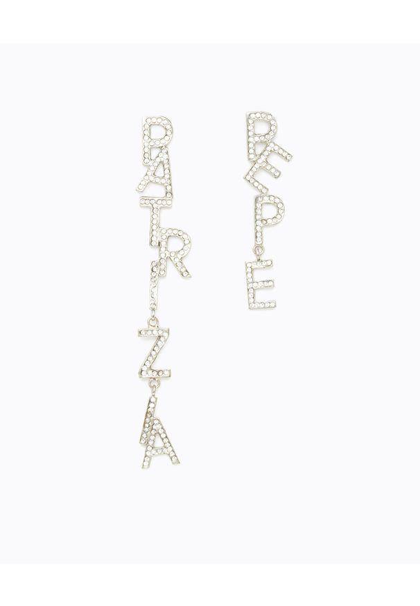 Patrizia Pepe - PATRIZIA PEPE - Wiszące asymetryczne kolczyki z logo z kryształów. Materiał: srebrne. Kolor: srebrny. Wzór: aplikacja. Kamień szlachetny: kryształ