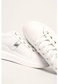 Białe buty sportowe ANSWEAR na obcasie, z okrągłym noskiem, na średnim obcasie, z cholewką