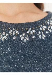 TOP SECRET - Sukienka z połyskiem oraz aplikacją. Kolor: niebieski. Materiał: dzianina. Długość rękawa: krótki rękaw. Wzór: aplikacja. Sezon: lato, wiosna. Typ sukienki: proste. Styl: elegancki. Długość: midi