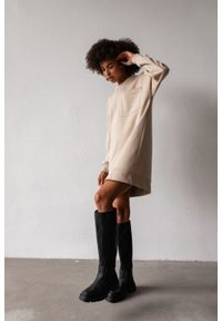 Marsala - Długa bluza o kroju oversize z kieszonką w kolorze BEIGE - BRESSO BY MARSALA. Okazja: na co dzień. Materiał: bawełna, dresówka, dzianina, jeans. Długość: długie. Wzór: gładki. Styl: sportowy, elegancki, casual