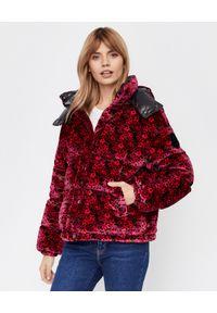 MONCLER - Różowa kurtka z aksamitu Daos. Kolor: czerwony. Materiał: puch, nylon. Długość rękawa: długi rękaw. Długość: długie. Wzór: kwiaty, nadruk. Sezon: jesień, zima