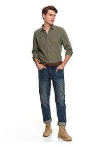 TOP SECRET - Spodnie denim regular fit. Okazja: na co dzień, do pracy. Kolor: niebieski. Materiał: denim. Sezon: wiosna. Styl: klasyczny, casual