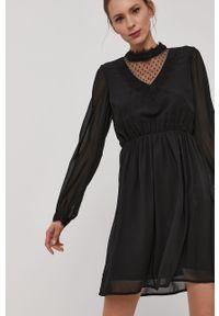 Czarna sukienka Vero Moda z długim rękawem, prosta, ze stójką, casualowa