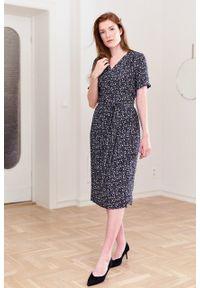 Marie Zélie - Sukienka Irmina Melodia. Materiał: wiskoza, materiał, tkanina, skóra, poliester. Długość rękawa: krótki rękaw. Wzór: napisy. Typ sukienki: proste, kopertowe