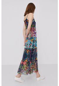 Desigual - Sukienka. Materiał: tkanina. Długość rękawa: na ramiączkach. Typ sukienki: rozkloszowane