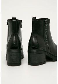 Marco Tozzi - Botki. Nosek buta: okrągły. Kolor: czarny. Obcas: na obcasie. Wysokość obcasa: średni