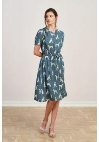 Marie Zélie - Sukienka Alma Dalmatines szaroniebieska. Typ kołnierza: kołnierzyk stójkowy. Kolor: niebieski. Materiał: wiskoza, skóra. Długość rękawa: krótki rękaw. Sezon: lato. Typ sukienki: szmizjerki