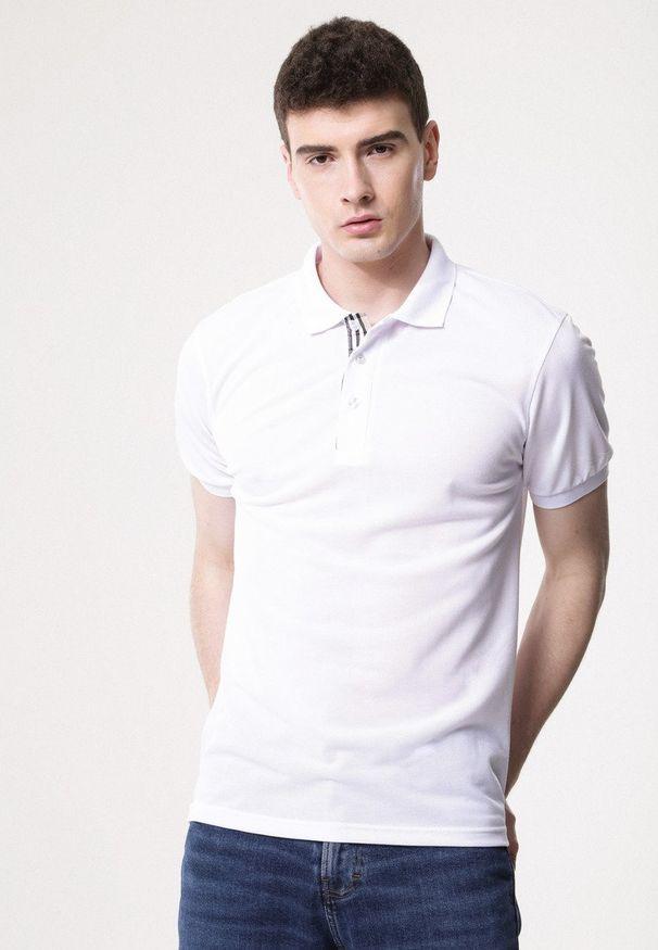 Born2be - Biała Koszulka Gladdening. Typ kołnierza: polo. Kolor: biały. Materiał: dzianina. Długość rękawa: krótki rękaw. Długość: krótkie. Wzór: gładki