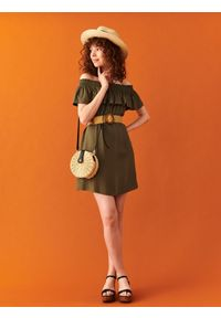 TOP SECRET - Sukienka o luźnym kroju. Okazja: do pracy, na co dzień. Kolor: zielony. Materiał: tkanina. Sezon: lato. Typ sukienki: z odkrytymi ramionami. Styl: casual, elegancki
