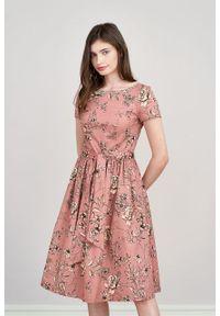 Marie Zélie - Sukienka Melia Gama różowa. Typ kołnierza: kokarda. Kolor: różowy. Materiał: bawełna, skóra, materiał, elastan. Styl: klasyczny