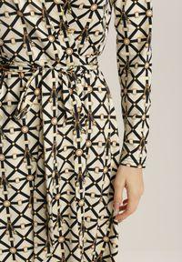 Renee - Kremowa Sukienka Doriena. Kolor: beżowy. Materiał: materiał. Długość rękawa: długi rękaw. Wzór: aplikacja, geometria, nadruk. Typ sukienki: kopertowe. Długość: maxi
