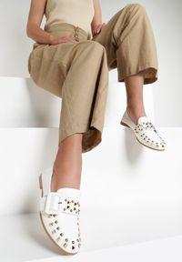 Renee - Białe Mokasyny Backstreet Girl. Nosek buta: okrągły. Zapięcie: bez zapięcia. Kolor: biały. Materiał: skóra. Wzór: aplikacja. Obcas: na obcasie. Wysokość obcasa: niski