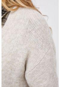 Jacqueline de Yong - Sukienka. Okazja: na co dzień. Kolor: beżowy. Materiał: dzianina. Długość rękawa: długi rękaw. Typ sukienki: proste. Styl: casual