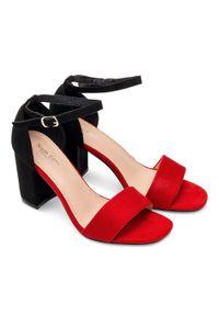 Czerwone sandały na słupku SIXTH SENS na lato, w kolorowe wzory, ze sprzączką