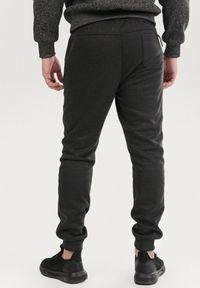 Szare spodnie dresowe Born2be