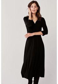 Marie Zélie - Sukienka Rita czarna. Typ kołnierza: dekolt kopertowy. Kolor: czarny. Materiał: bawełna, wiskoza, dzianina, materiał, elastan. Długość rękawa: krótki rękaw. Wzór: paski. Sezon: jesień. Typ sukienki: proste, kopertowe