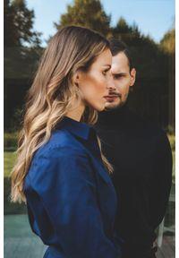 Niebieska sukienka VEVA w kolorowe wzory, szmizjerki, z długim rękawem