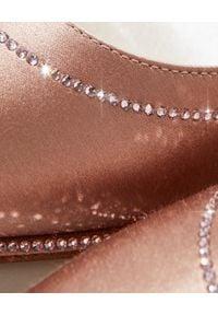 RENE CAOVILLA - Beżowe szpilki z kryształami Swarovskiego. Kolor: beżowy. Materiał: satyna. Wzór: aplikacja. Obcas: na szpilce. Styl: wizytowy