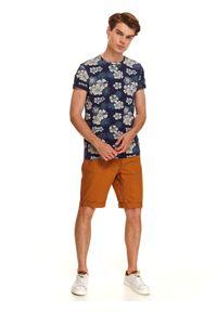 TOP SECRET - T-shirt męski w kwiatowy wzór. Kolor: niebieski. Materiał: bawełna, tkanina. Długość rękawa: krótki rękaw. Długość: krótkie. Wzór: kwiaty. Sezon: lato. Styl: wakacyjny