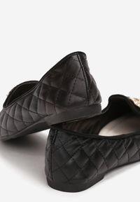 Born2be - Czarne Balerinki Kissenia. Nosek buta: okrągły. Zapięcie: bez zapięcia. Kolor: czarny. Materiał: skóra. Szerokość cholewki: normalna. Wzór: aplikacja. Sezon: lato. Styl: młodzieżowy