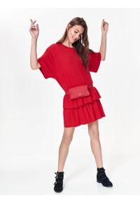 TOP SECRET - Luźna sukienka damska z falbaną. Okazja: na co dzień. Kolor: czerwony. Materiał: dzianina. Długość rękawa: krótki rękaw. Sezon: jesień, zima. Typ sukienki: proste. Styl: casual