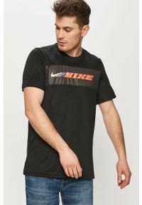 Nike - T-shirt. Okazja: na co dzień. Kolor: czarny. Materiał: włókno, skóra, tkanina. Wzór: nadruk. Styl: casual
