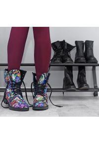 Zapato - ocieplane botki na płaskiej podeszwie - skóra naturalna - model 431 - kolor motyl. Materiał: skóra. Wzór: motyw zwierzęcy, kolorowy. Sezon: jesień, zima. Obcas: na płaskiej podeszwie. Wysokość obcasa: niski