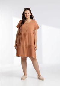 Moda Size Plus Iwanek - Karmelowa sukienka Scarlett z muślinu XXL OVERSIZE LATO. Okazja: do pracy, na imprezę. Materiał: elastan, bawełna, materiał. Sezon: lato. Typ sukienki: oversize. Długość: midi