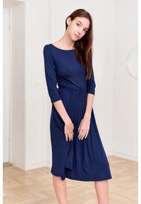 Marie Zélie - Sukienka Emelina granatowa. Kolor: niebieski. Materiał: wiskoza, dzianina, materiał, elastan, guma. Styl: klasyczny. Długość: midi
