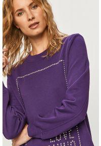 Love Moschino - Sukienka. Okazja: na co dzień. Kolor: fioletowy. Materiał: dzianina. Długość rękawa: długi rękaw. Wzór: aplikacja. Typ sukienki: proste. Styl: casual