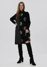 Born2be - Czarno-Biała Sukienka Dzianinowa Wheatgaze. Kolor: czarny. Materiał: dzianina. Długość rękawa: długi rękaw. Wzór: grochy, prążki. Styl: elegancki. Długość: mini