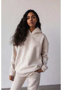 Marsala - Bluza z kapturem w kolorze WHITE SAND - CARDIFF BY MARSALA. Okazja: na co dzień. Typ kołnierza: kaptur. Materiał: bawełna, dresówka, dzianina, elastan. Styl: casual