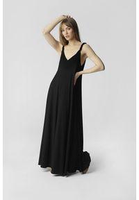 Madnezz - Sukienka Wiktoria - czarna. Kolor: czarny. Materiał: wiskoza, materiał. Długość rękawa: na ramiączkach. Długość: maxi