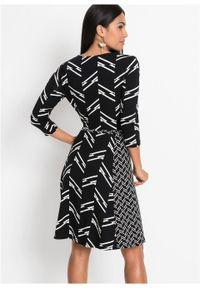 Sukienka z dżerseju z nadrukiem bonprix czarno-biel wełny w graficzny wzór. Kolor: czarny. Materiał: jersey, wełna. Wzór: nadruk. Typ sukienki: kopertowe