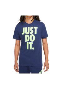 Koszulka męska Nike Sportswear DC5090. Materiał: materiał, bawełna. Długość rękawa: krótki rękaw. Długość: krótkie. Wzór: napisy. Sezon: lato