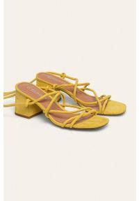 Żółte sandały ANSWEAR na obcasie, na średnim obcasie, na sznurówki