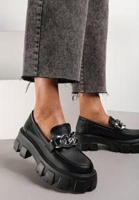 Renee - Czarne Mokasyny Helusa. Wysokość cholewki: przed kostkę. Nosek buta: okrągły. Zapięcie: bez zapięcia. Kolor: czarny. Wzór: gładki. Obcas: na platformie